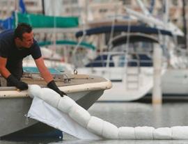 Barrage absorbant avec jupe : absorbe les hydrocarbures flottant à la surface de l'eau