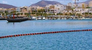Barrage de confinement dans un port de plaisance