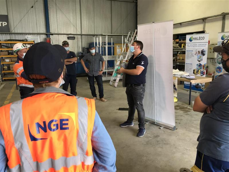 Manipulation d'absorbants chez NGE en Seine-et-Marne